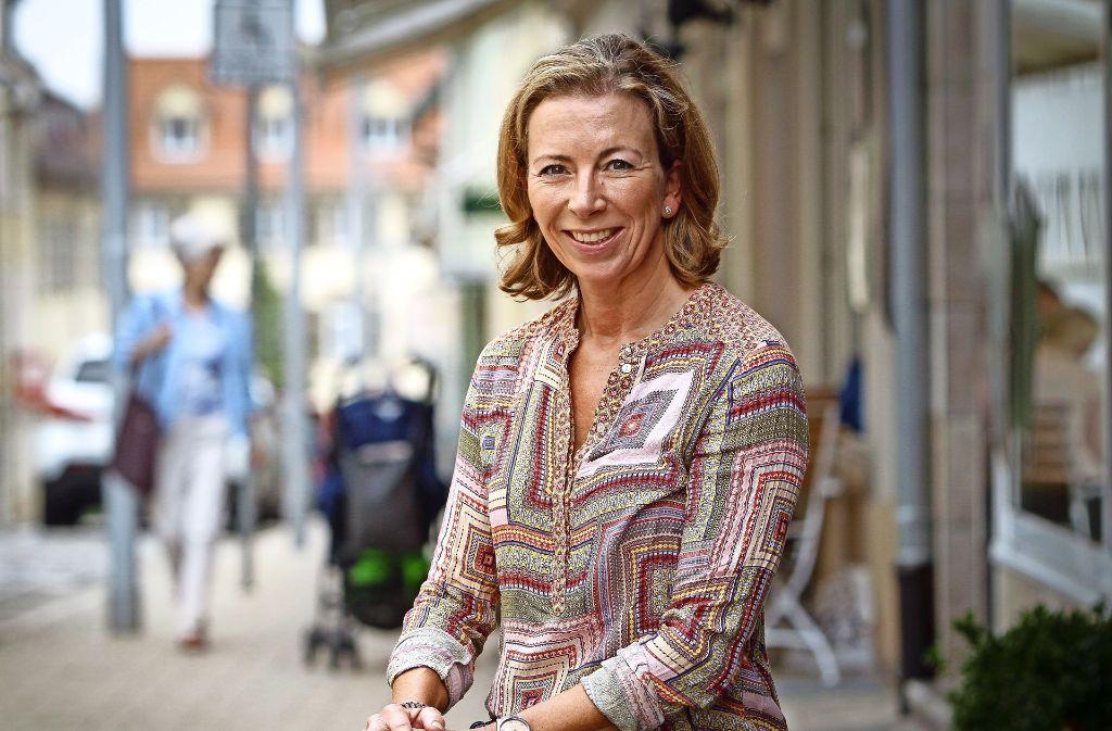 Die Ludwigsburger kennen Stefanie Knecht. Auch in Jeans und mit offenem Lächeln, wie hier an ihrem Lieblingsplatz in der Eberhardstraße. Foto: factum/Bach