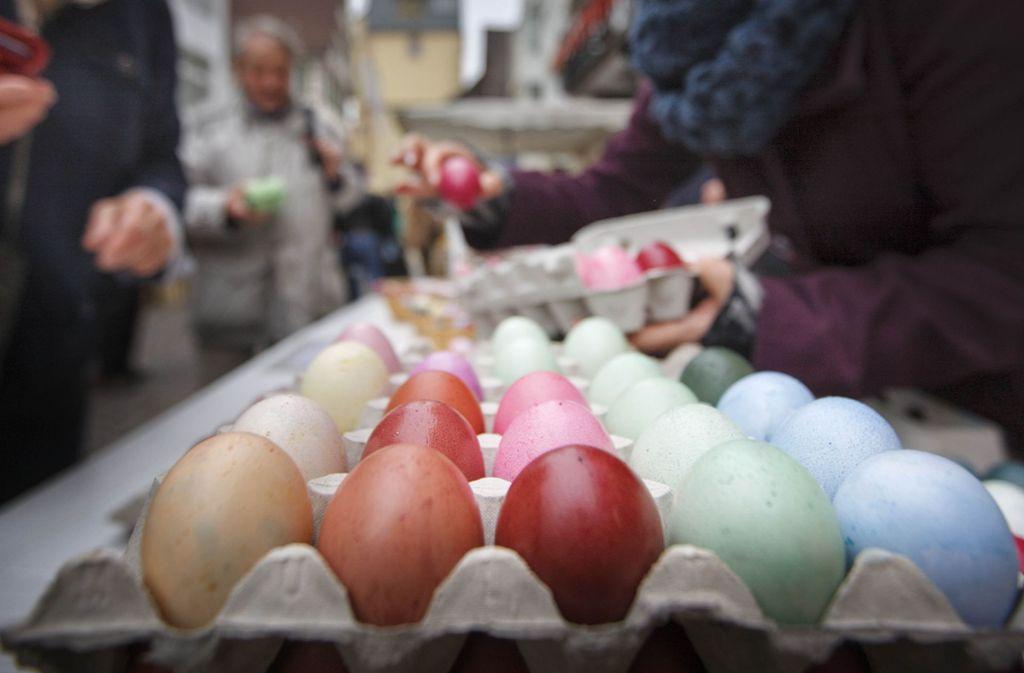 Seit vielen Jahren gibt es die handgefärbten Ostereier auf dem Markt in Winnenden zu kaufen. Dieses Jahr fällt die Benefizaktion dem Coronavirus zum Opfer. Foto: © C) Gottfried Stoppel