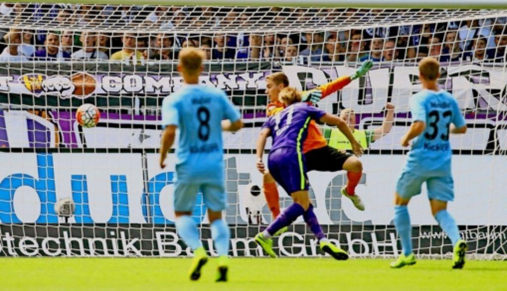 Der erste Streich des FC Erzgebirge Aue: Björn Kluft (Nummer elf) köpft an Kickers-Keeper Carl Klaus vorbei zum  1:0 ein. Foto: Imago