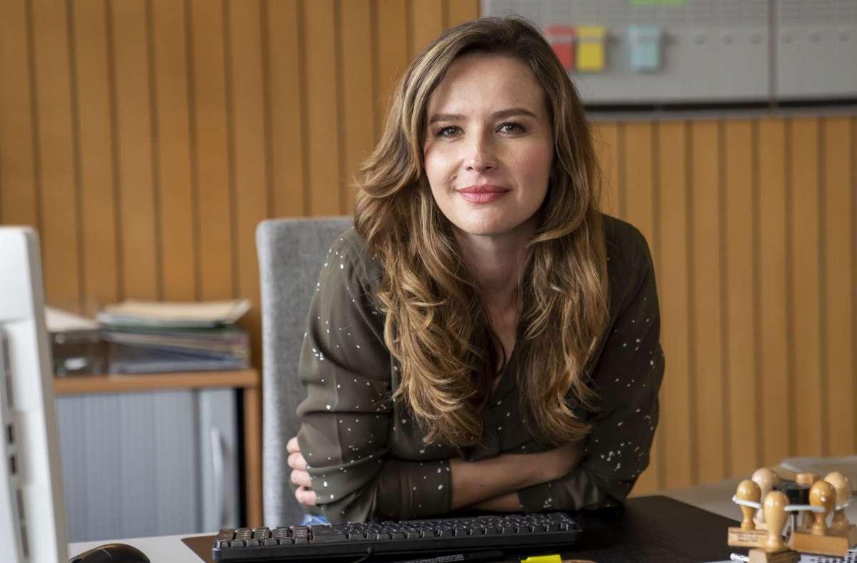 """Katrin Bauerfeind als Eva Jordan in der zweiten Staffel der Serie """"Frau Jordan stellt gleich"""". Foto: Joyn/Pro Sieben/Oliver Feist"""