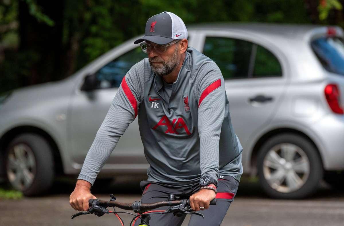 Jürgen Klopp ist während des Trainingslagers des FC Liverpool  in Österreich mit  dem Fahrrad unterwegs. Foto: imago/Peter Hartenfelser