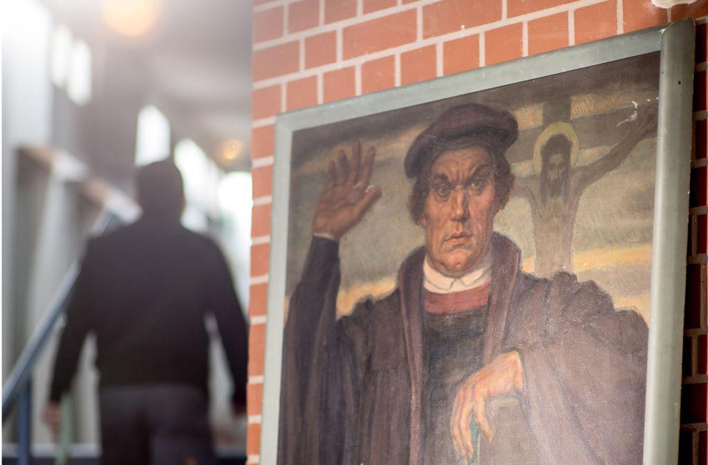 """Daas Wandbild """"Martin Luther mit Kruzifix"""" war lange Zeit im Turm der Jakobuskirche in Oppenweiler verschollen. Nun ist es im Landratsamt zu sehen. Foto: Martin Stollberg"""