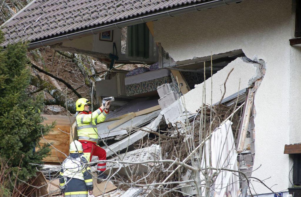 Der Mann wurde von einem Erdrutsch verschüttet und konnte nur noch tot geborgen werden. Foto: dpa/Gert Eggenberger