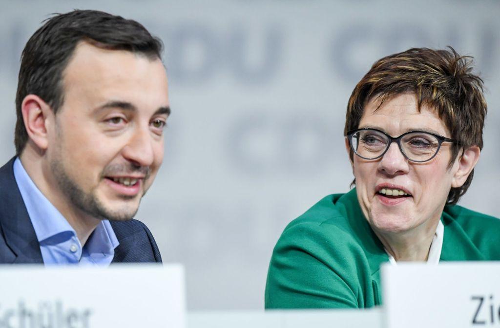 Generalsekretär Paul Ziemiak und seine Vorsitzende Annegret Kramp-Karrenbauer haben sich erste Fehler geleistet. Foto: dpa