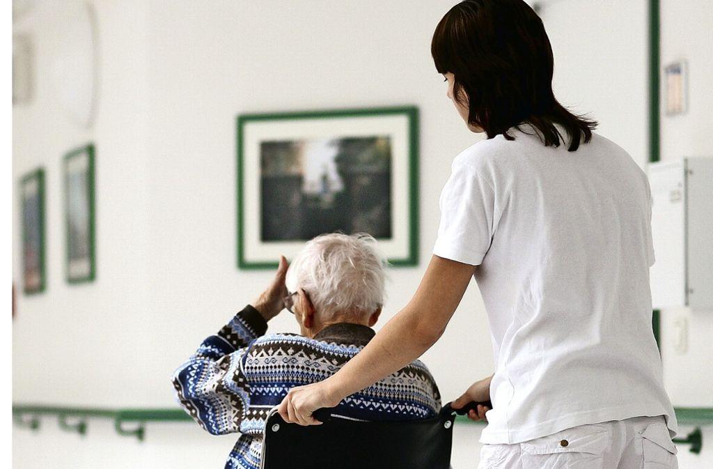 In der Altenpflege werden dringend Fachkräfte gesucht. Foto: dpa