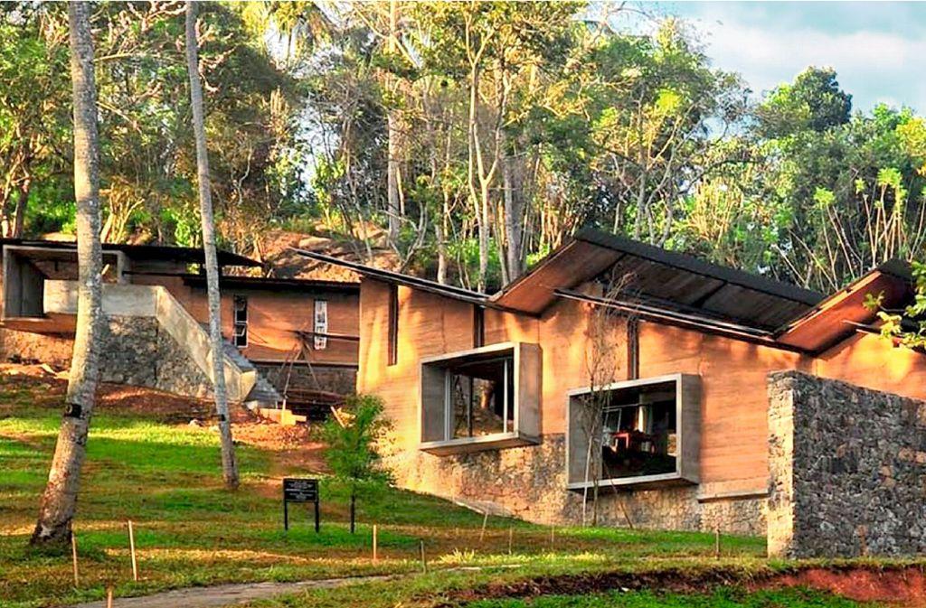 Schulzentrum auf Sri Lanka, 2015 vom Architekturbüro Robust Architecture gebaut, mit tragenden Stampflehmwänden Foto: Robust Architecture Workshop