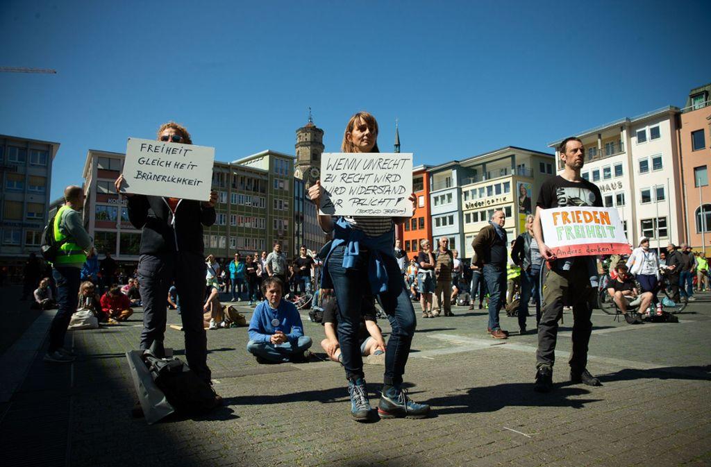 Demonstranten mit Schildern  auf dem Stuttgarter Marktplatz Foto:/Leif Piechowski