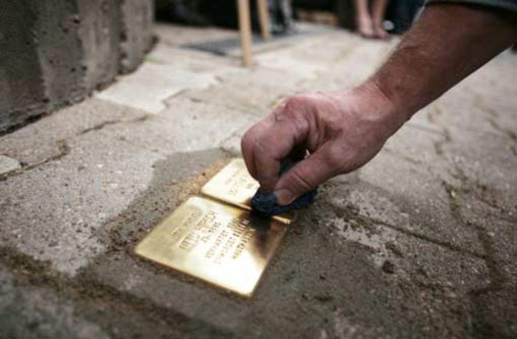 Im Oktober 2009 hat der Bildhauer Gunter Demnig am Stuttgarter Gähkopf die Stolpersteine für Martha und Otto Hirsch verlegt. Foto: factum/Weise