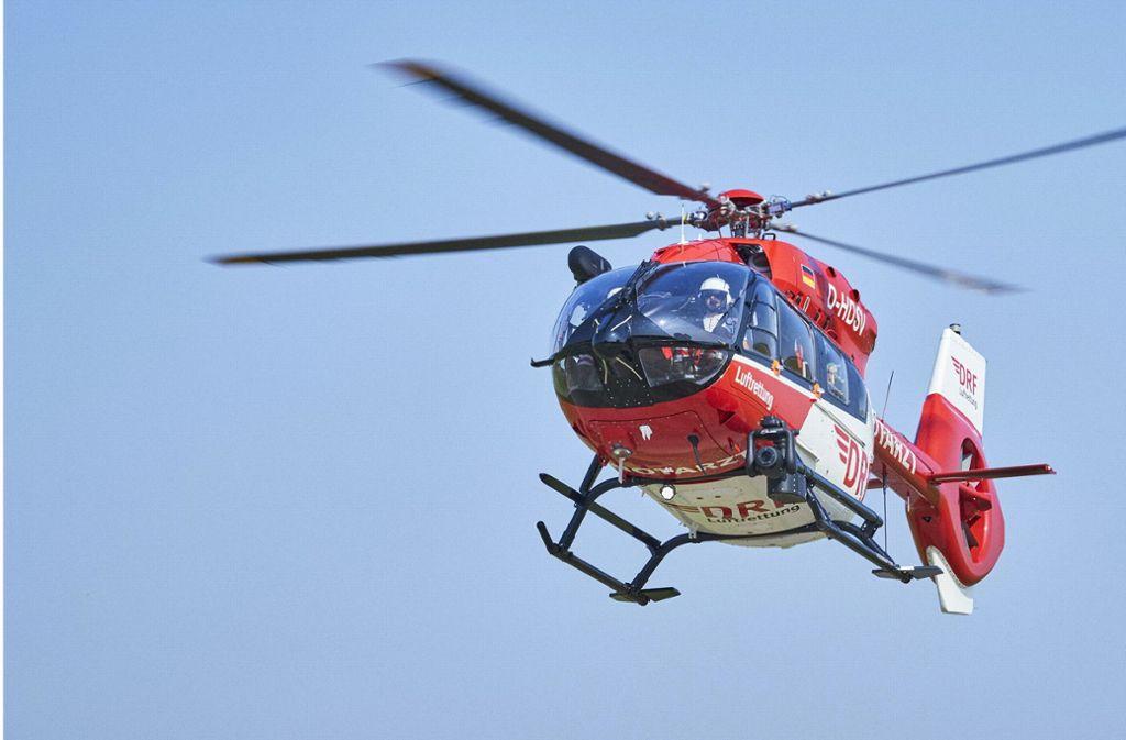 Der Mann wurde mit einem Rettungshubschrauber in eine Klinik geflogen (Symbolbild). Foto: dpa/Bert Spangemacher