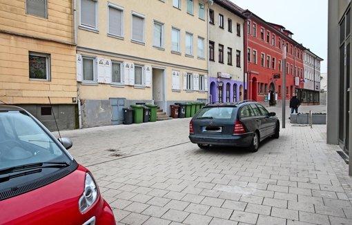 In der Fußgängerzone im Bereich Kronenstraße fallen vor allem Mülltonen und wild parkende Autos auf. Foto: factum/Granville