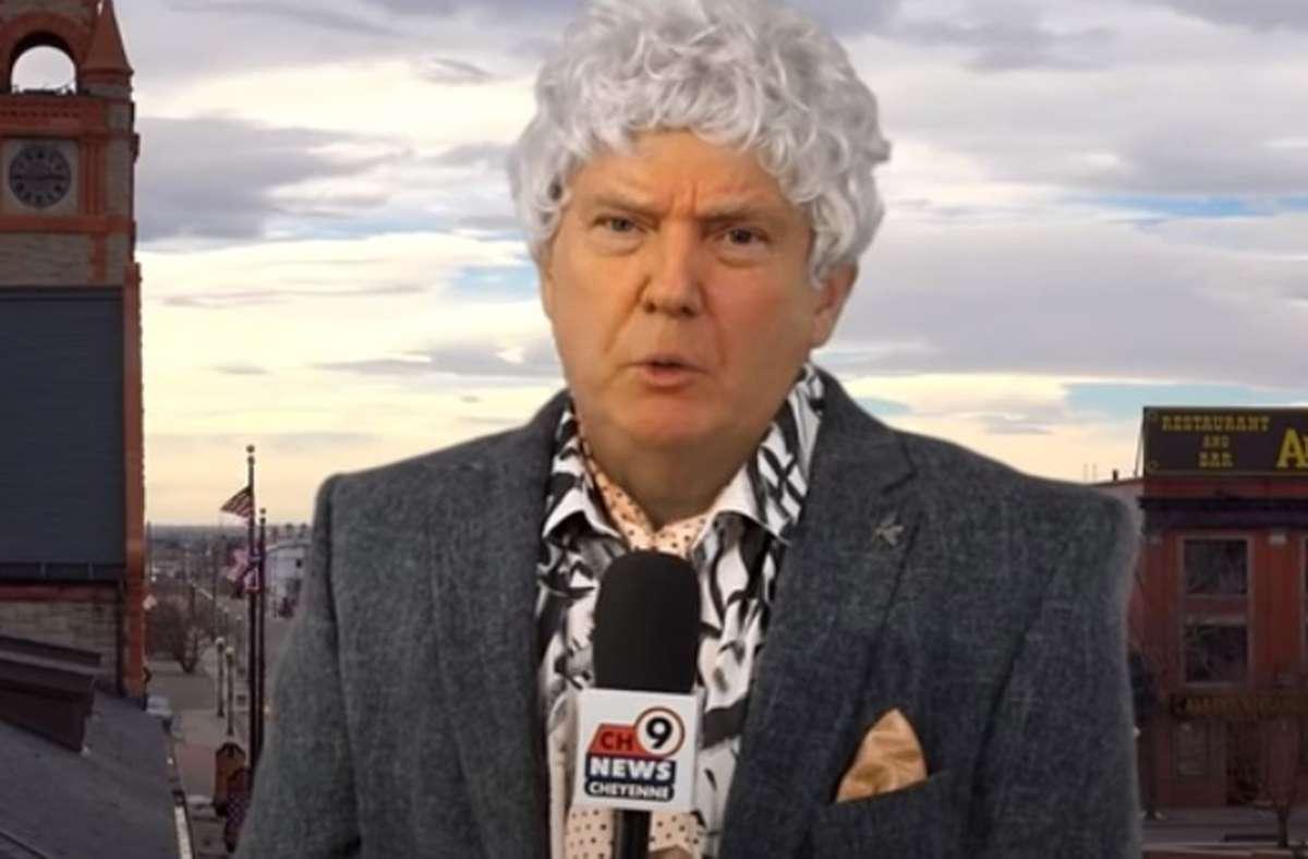 Ein bisschen vertraut darf einem dieser Reporter Fred Sassy schon vorkommen. Er hat das Gesicht von Donald Trump. Foto: Youtube/DeepVoodoo