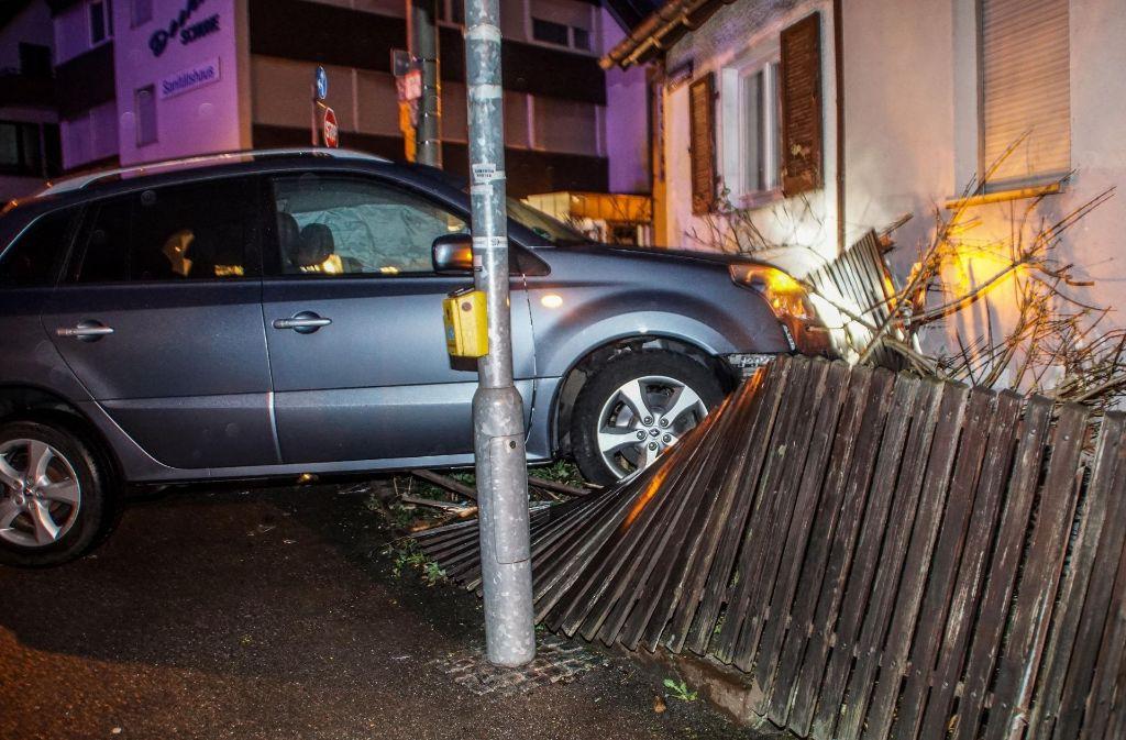 Durch die Wucht des Aufpralls schleuderte der Wagen in einen Gartenzaun. Foto: SDMG