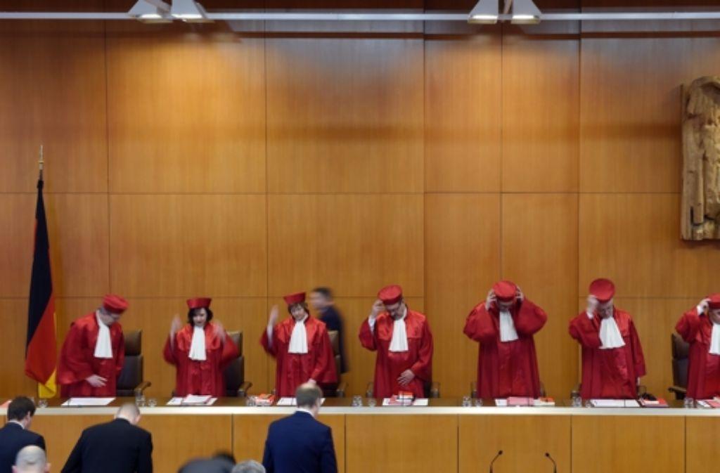 Die Richter des Bundesverfassungsgerichts (BVerfG) in Karlsruhe verlangen im NPD-Verbotsverfahren mehr Beweise. (Archivfoto) Foto: dpa