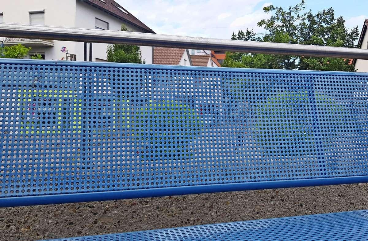 Bitte Platz nehmen: Entlang der  Bernhäuser Hauptstraße steht ein halbes Dutzend blau angemalter Metallbänke, an der Bushaltestelle gibt es nochmal drei. Foto: Michael Werner