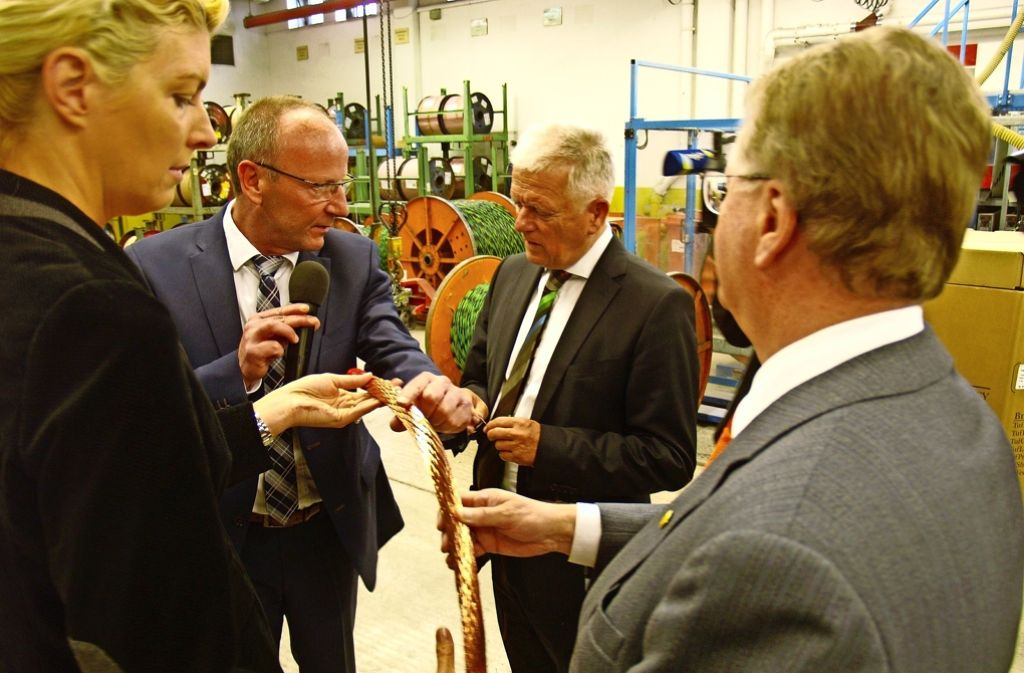 Die Chefin der Wirtschaftsförderung Ines Aufrecht (links) und  der Oberbürgermeister Fritz Kuhn (Zweiter von rechts) lassen sich von Unternehmenschef Andreas Lapp (rechts) durch das Kabelwerk führen. Foto: Rüdiger Ott