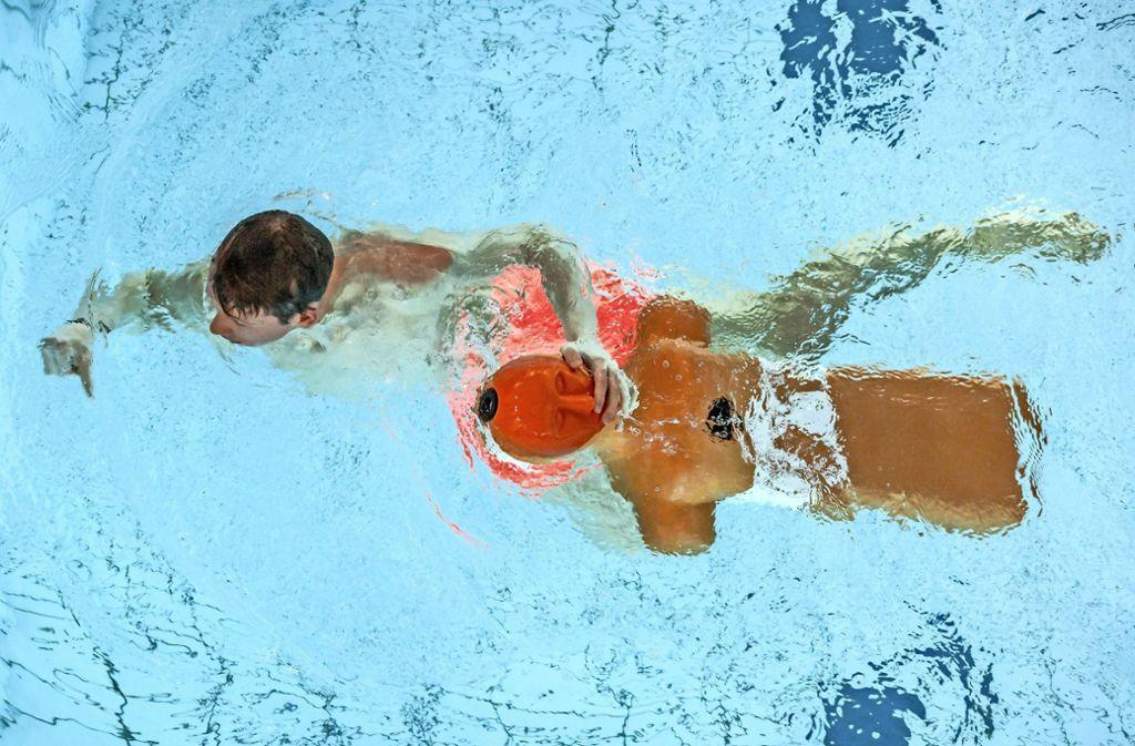 Die DLRG trainiert im Plieninger Hallenbad. Für normale Schwimmer soll das Bad aber ganz geschlossen werden. Foto: Lichtgut/Julian Rettig