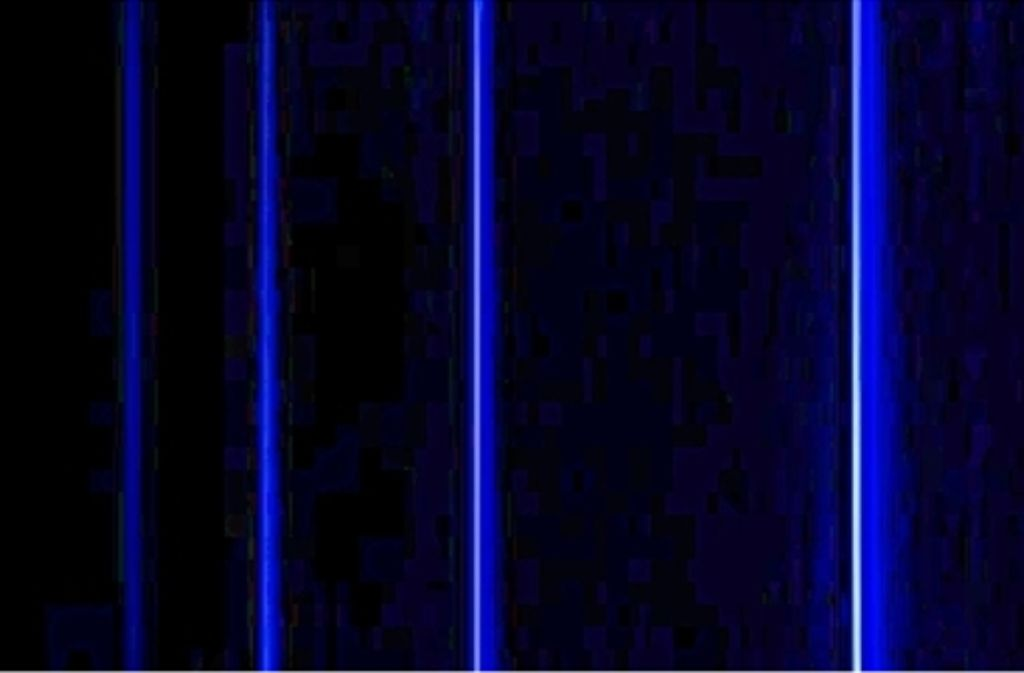 Das Bild zeigt vier der sechs sichtbaren Linien im Spektrum des Wasserstoffatoms. Jede steht für einen bestimmten Quantensprung, also dem Wechsel eines Elektrons auf eine andere Umlaubahn um den Atomkern. Mit dem Atommodell von Niels Bohr ließen sich ihre Wellenlängen berechnen. Foto: Jan Homann