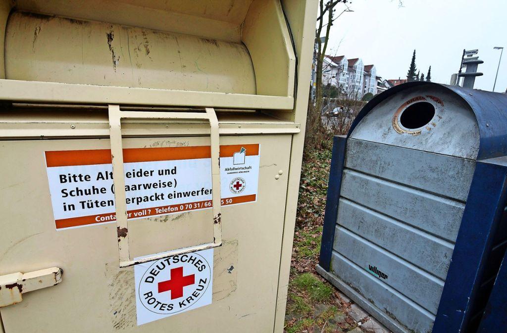 Die Altkleider-Container des Landkreises stehen zumeist neben Altglas-Behältern. Foto: factum/Granville