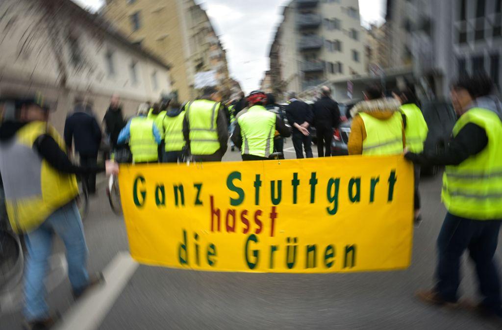 Die Demonstranten machen deutlich, gegen wen sich ihr Protest richtet. Das Dieselfahrverbot lasten sie den Grünen an. Foto: Lichtgut/Max Kovalenko