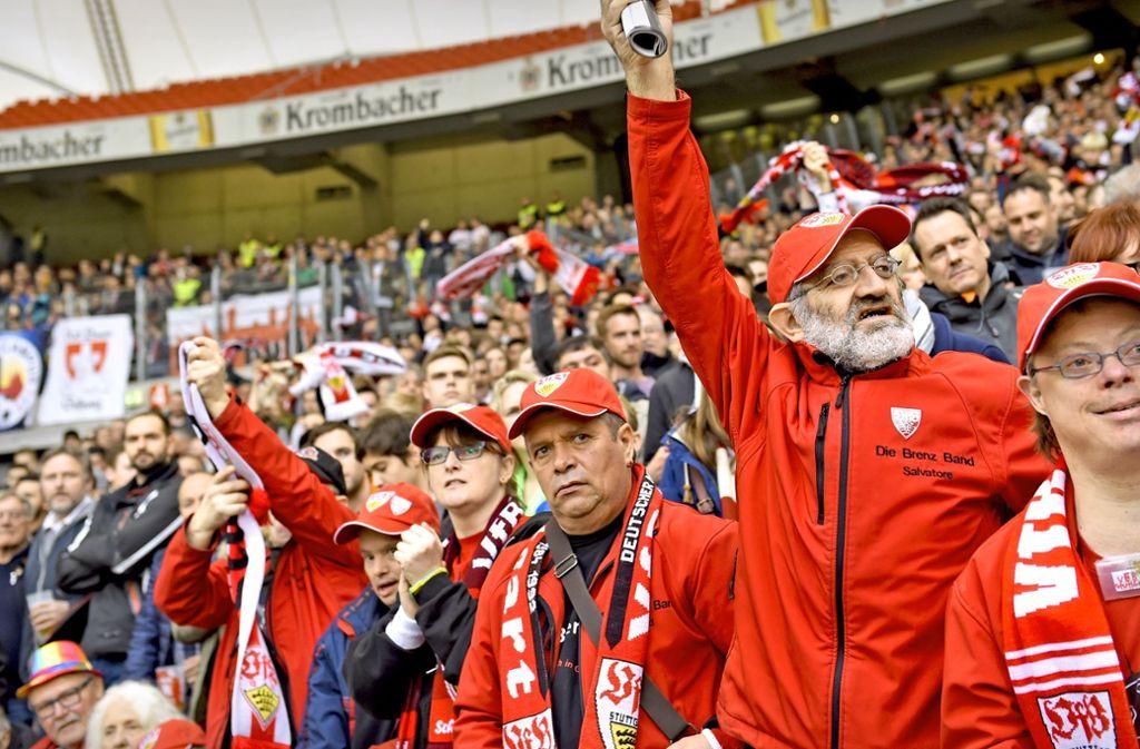 Harald Schmid, Salvatore Pugliese, Bernd Schwab (v.r.n.l. ) und der Rest der Brenz Band jubelt dem VfB zu. Foto: Reiner Pfisterer