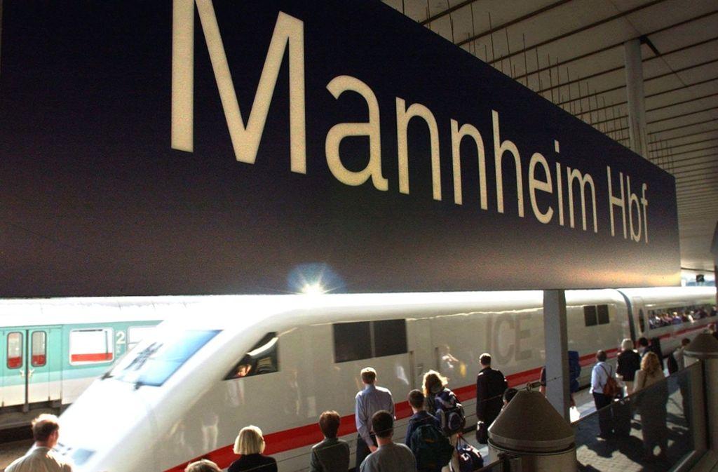 Passanten entdecken den verdächtigen Koffer am Freitagmorgen am Hauptbahnhof in Mannheim. Foto: dpa