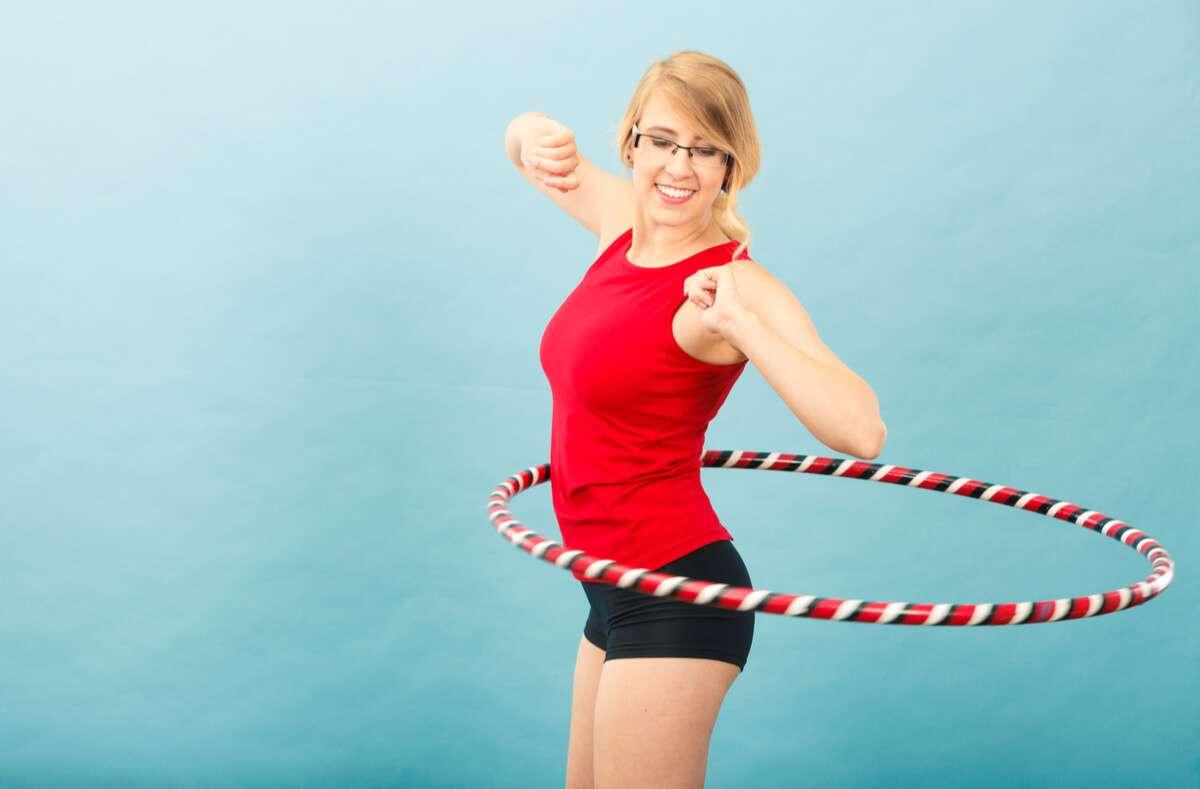 In diesem Artikel zeigen wir Ihnen, worauf Sie achten müssen, wenn Sie mit dem neuen Fitnesstrend Hula Hoop abnehmen möchten. Foto: Anetlanda / Shutterstock.com