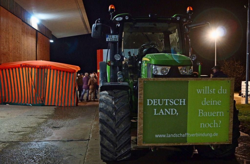 Zu Glühwein und Gesprächen hatten die Landwirte eingeladen – auch, um viele Missverständnisse zu ihrer Arbeit auszuräumen. Foto: Fritzsche