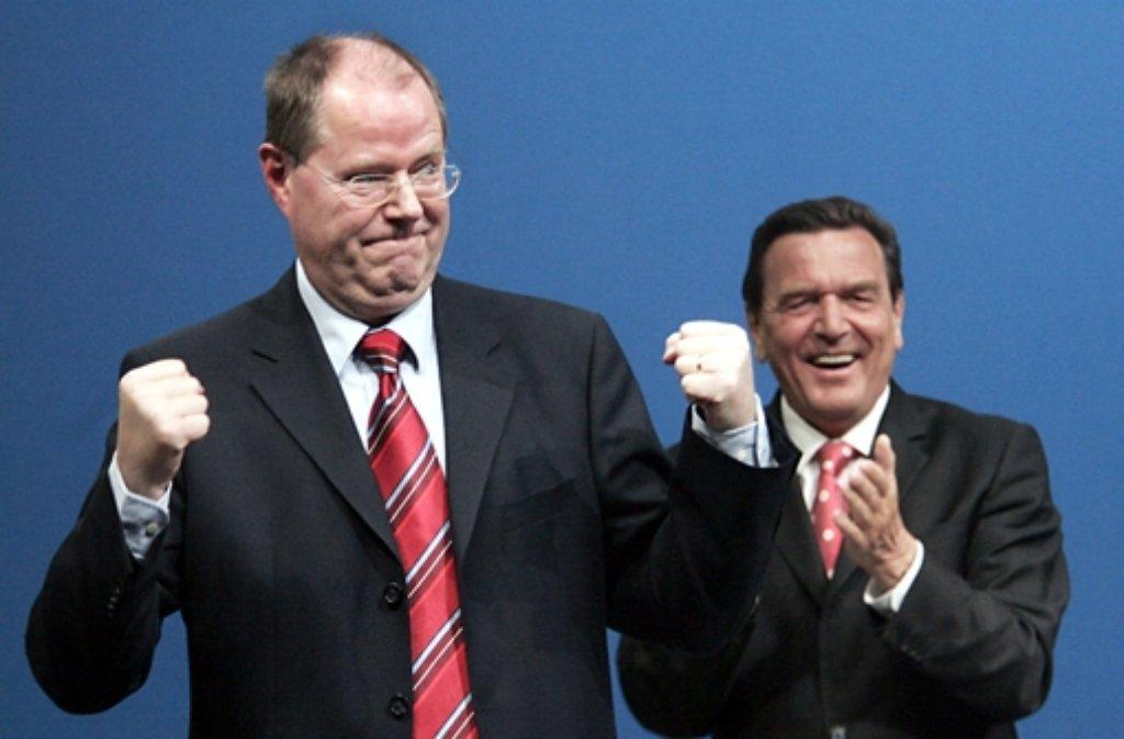 Peer Steinbrück hat diese Woche von Gerhard Schröder Hilfe bekommen – und lacht auch die Leonberger von Plakaten an. Foto: LKZ