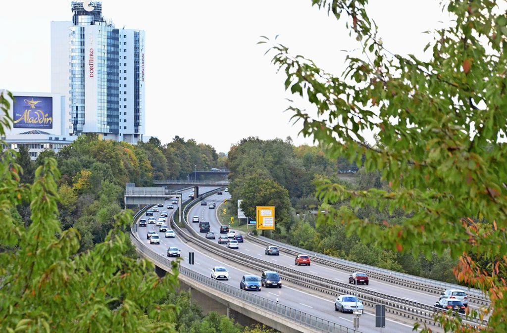 Autofahrer dürfen auf der B27 zwischen Degerloch und Echterdinger Ei jetzt  nur noch Tempo 80 fahren – aus Gründen der Luftreinhaltung. Foto: Sandra Hintermayr
