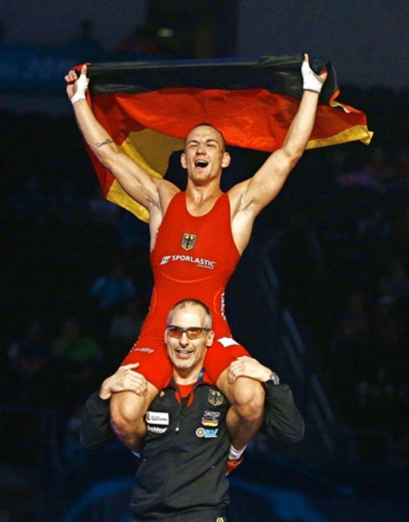 Frank Stäbler feiert seinen  Triumph bei der Ringer-WM in Las Vegas.. Foto: dpa