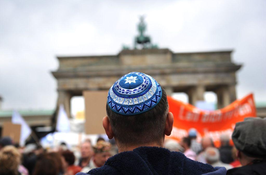 Teilnehmer einer Kundgebung gegen Antisemitismus vor dem Brandenburger Tor in Berlin. Foto: dpa
