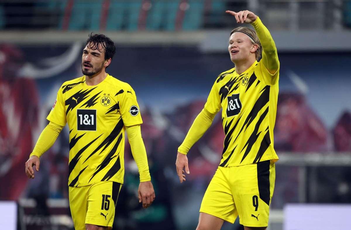 Dortmunds Erling Haaland jubelt neben Mats Hummels über seinen Treffer. Foto: dpa/Jan Woitas