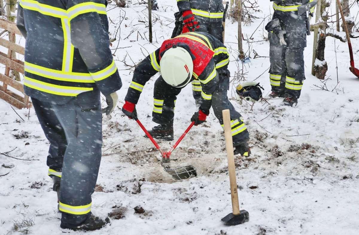 Kurz vor der Rettung: die Feuerwehr öffnet das Rohr, in dem der Hund feststeckt. Foto: 7aktuell.de | Kevin Lermer