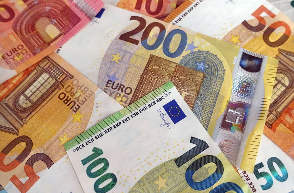 Die Zollbeamten fanden knapp 25.000 Euro in dem Gepäck des Reisenden. (Symbolbild) Foto: imago images/Frank Sorge/Foto: Sabine Brose/Sorge via www.imago-images.de