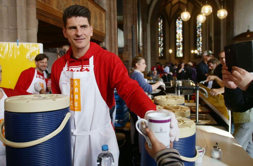 Mario Gomez war  in der Leonhardskirche an der Getränkeausgabe gefordert. Foto: Baumann