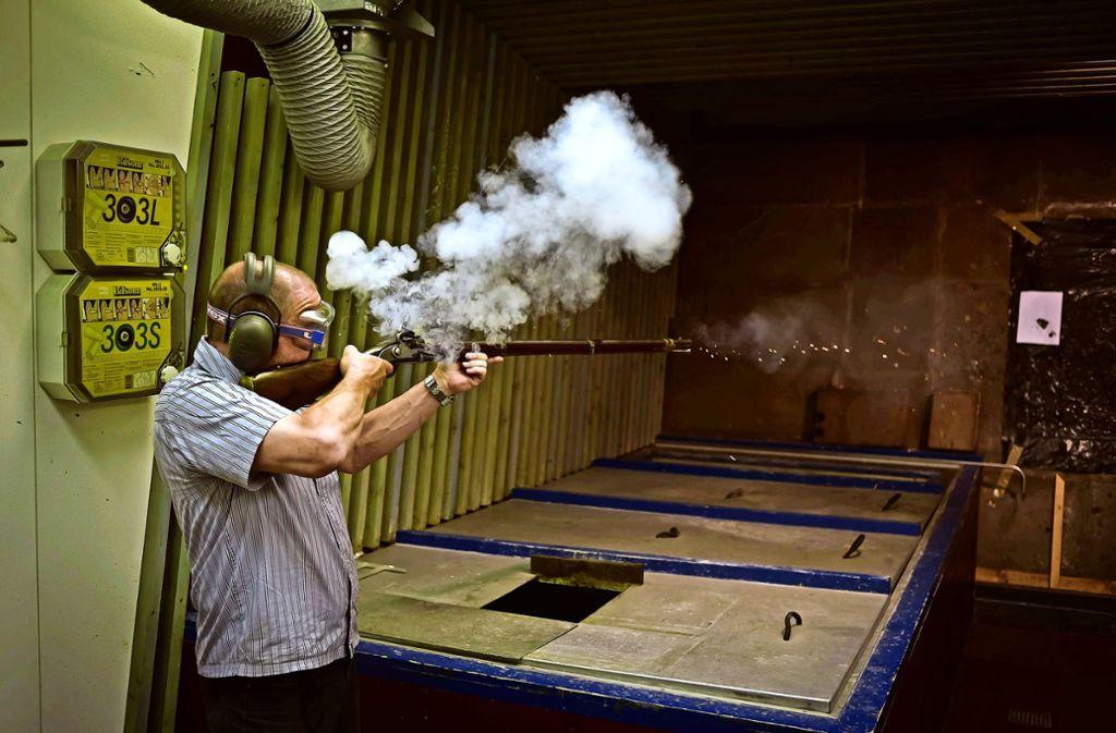 Viel Rauch um einen alten Mord: der Waffenexperte des Landeskriminalamts Volker Schäfer demonstriert, wie man vor  200 Jahren ein Gewehr abgefeuert hat. Foto: Lichtgut/Max Kovalenko