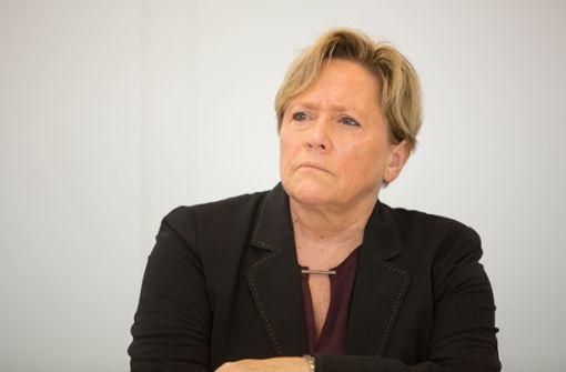 Kultusministerin Susanne Eisenmann drückt die Schulbank