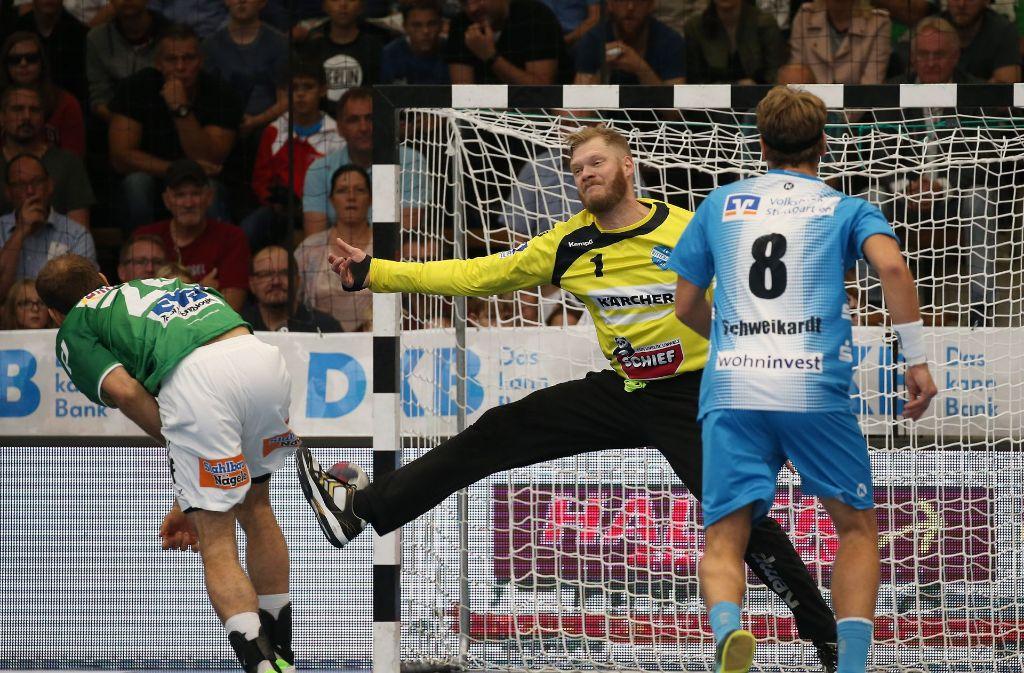 Der Göppinger  Marcel Schiller beim Siebenmeter gegen Johannes Bitter:  Der TVB-Keeper zeigt eine Weltklasse-Leistung. Foto: Baumann