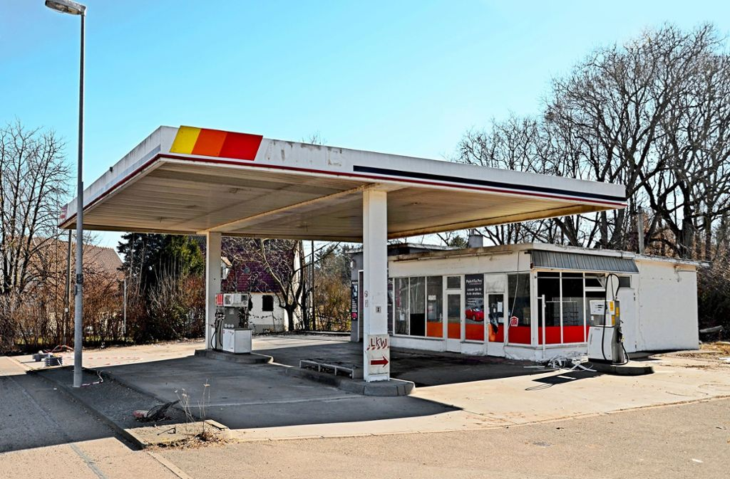 Es schaut an der Aldinger Straße  in Kornwestheim ein bisschen aus wie  in den Weiten der USA: Die Tankstelle ist im vergangenen Jahr aufgegeben worden. Foto: Werner Waldner