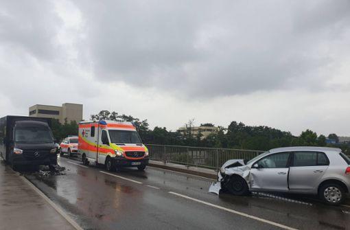 Golf rammt Mercedes – Brücke dicht