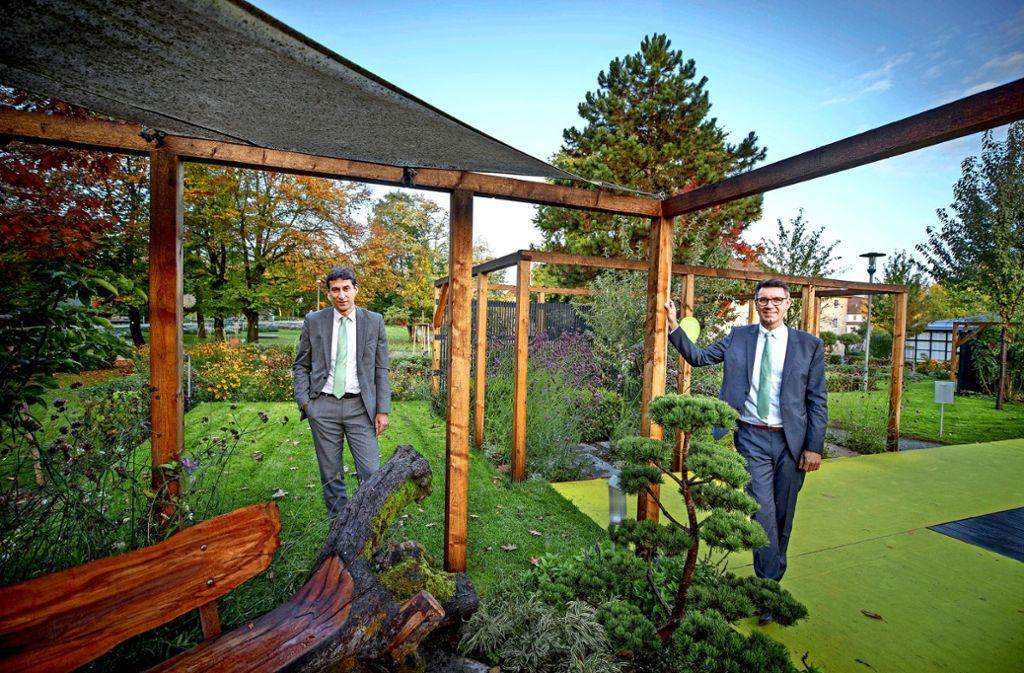 Matthias Klopfer (links) und Thorsten Englert im herbstlichen Schlosspark. Die Schaugärten werden bald abgebaut. Foto: /Gottfried Stoppel