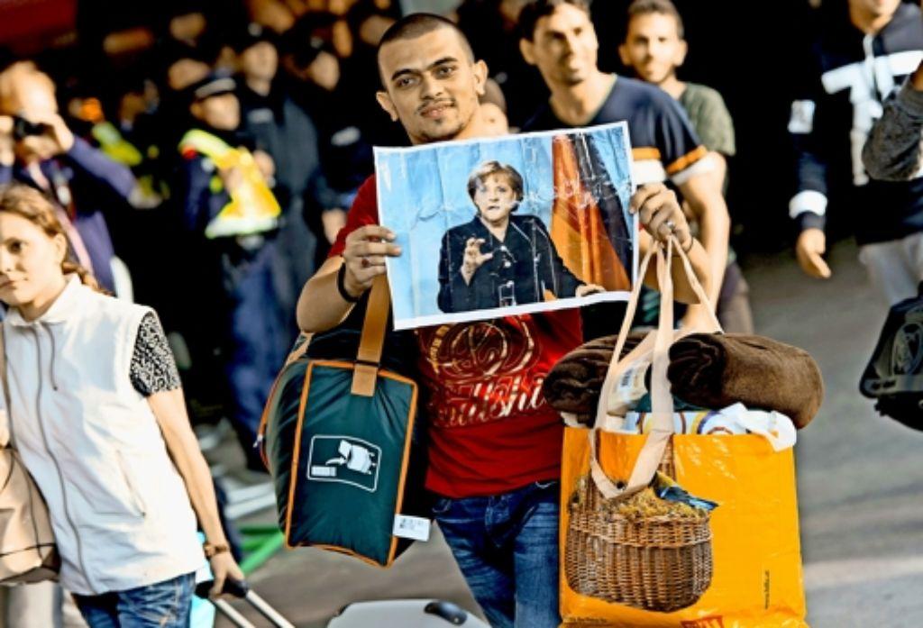Merkels Willkommenskultur hat viele Flüchtlinge ermuntert, nach Deutschland zu kommen. Doch nun wächst täglich der Druck auf die Kanzlerin, ihre Politik zu ändern. Foto:dpa Foto: