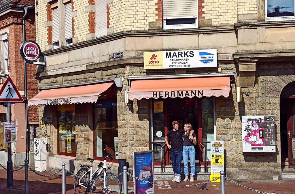 """Janina Handel und Tobias Miller vor ihrem Kiosk, der bald """"Kiost"""" heißt. Foto: Jürgen Brand"""