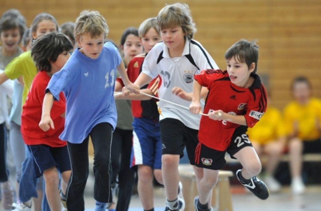 Kinder aus sozial benachteiligten Familien könnten im Sport an den Rand gedrängt werden, befürchtet der Sportlehrerverband. Foto: dpa