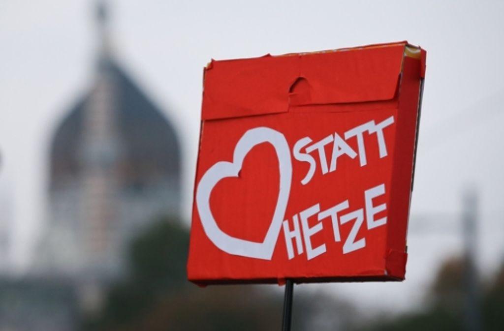 """Unter dem Motto """"Herz statt Hetze"""" stellte sich in Dresden ein überparteiliches Bündnis der Pegida entgegen. Das Motto könnte auch für den Umgang im Internet gelten. Foto: dpa"""