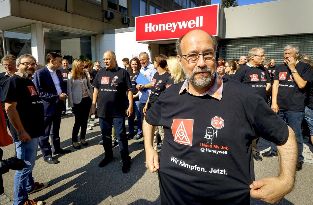 Ein Honeywell-Arbeiter vor dem Haupteingang in Schönaich Foto: factum/Granville
