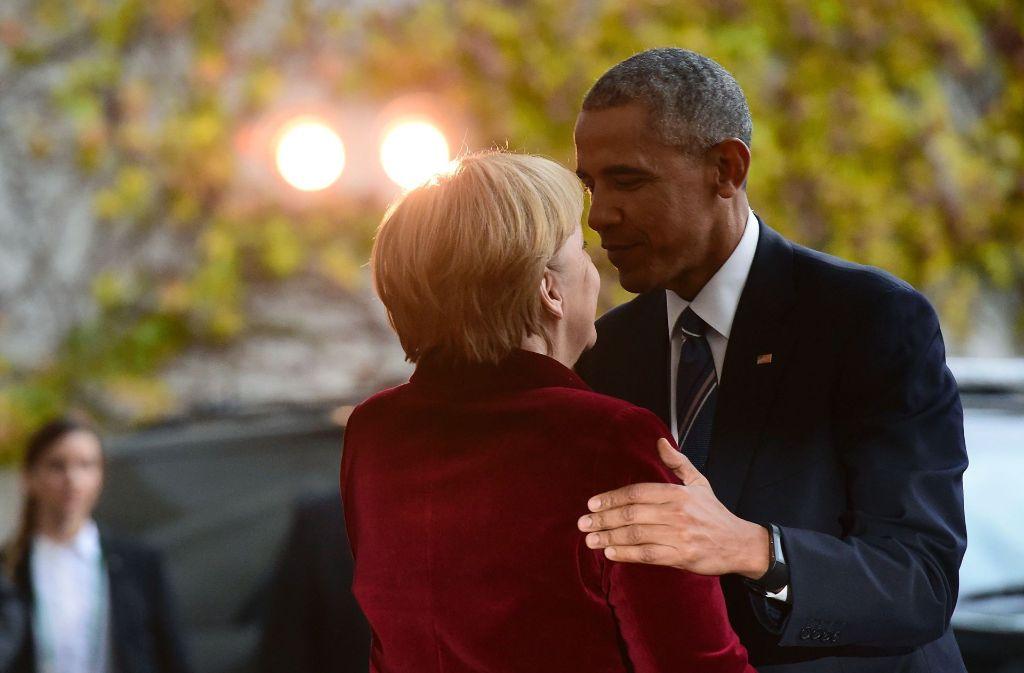 Eine innige Umarmung zur Begrüßung gab es von US-Präsident Barack Obama für Bundeskanzlerin Angela Merkel. Foto: AFP
