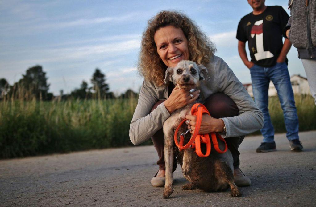 Hund und Besitzerin nach der Rettungsaktion. Foto: SDMG