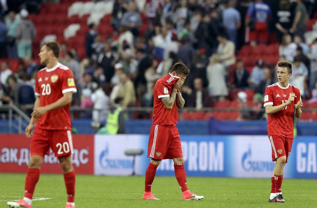 Die russischen Spieler stehen nach dem Aus beim Confed-Cup enttäuscht auf dem Rasen. Foto: AP