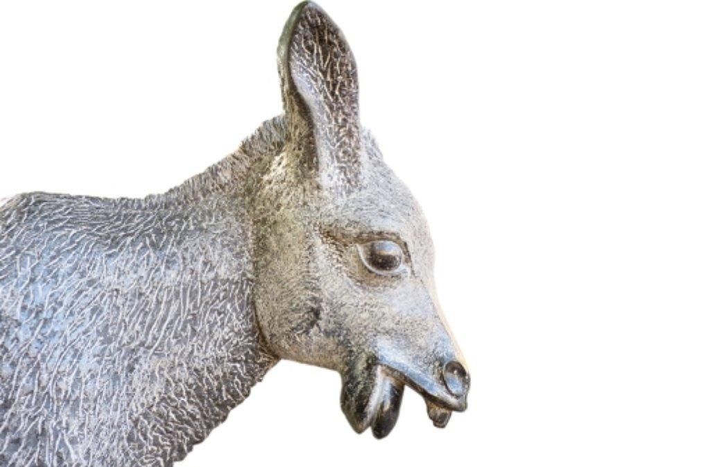 Der Eltinger Esel aus Stein steht vor der Eltinger Michaelskirche Foto: factum/Weise